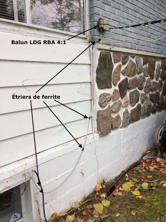 Étriers de ferrite (RF chokes) installés sur câble coaxial RG8-X à l'extérieur de la salle radio.